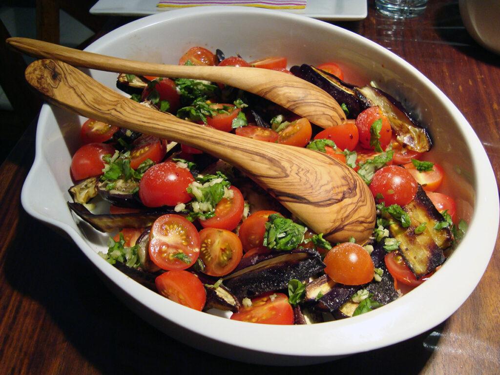 stegte auberginer, cherrytomater, aubergine, hvidløg, basilikumblade