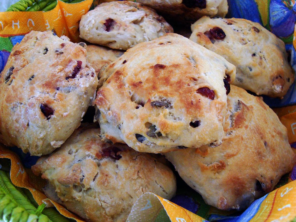 Koldthævede eftermiddagsboller, gratinerede champignons og bagte rødløg i baconsvøb