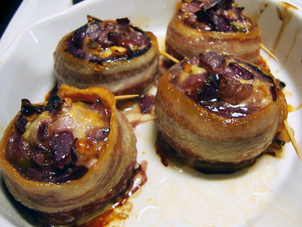 bagte rødløg, rødløg, bacon, svinekød, hvidløg, timian, grønne oliven, emmentaler, ost