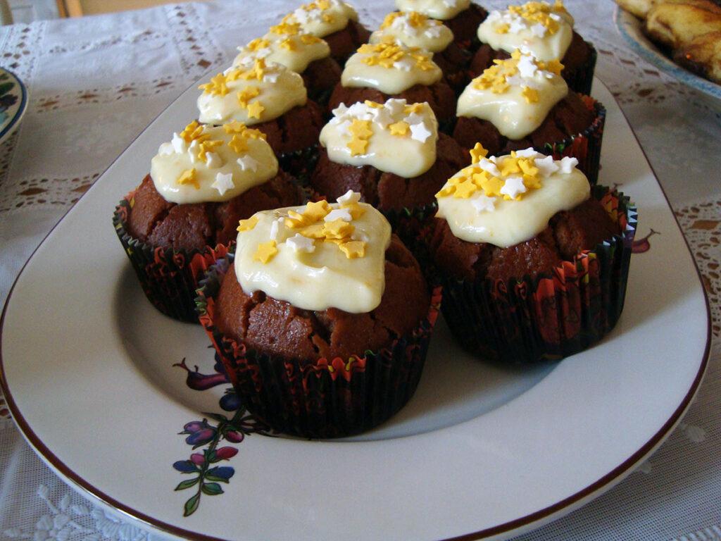 chokolademuffins, muffins, mørk chokolade, kage, dessert, smør, honning, æg, hvedemel, bagepulver, appelsincreme, appelsiner, flødeost, flormelis
