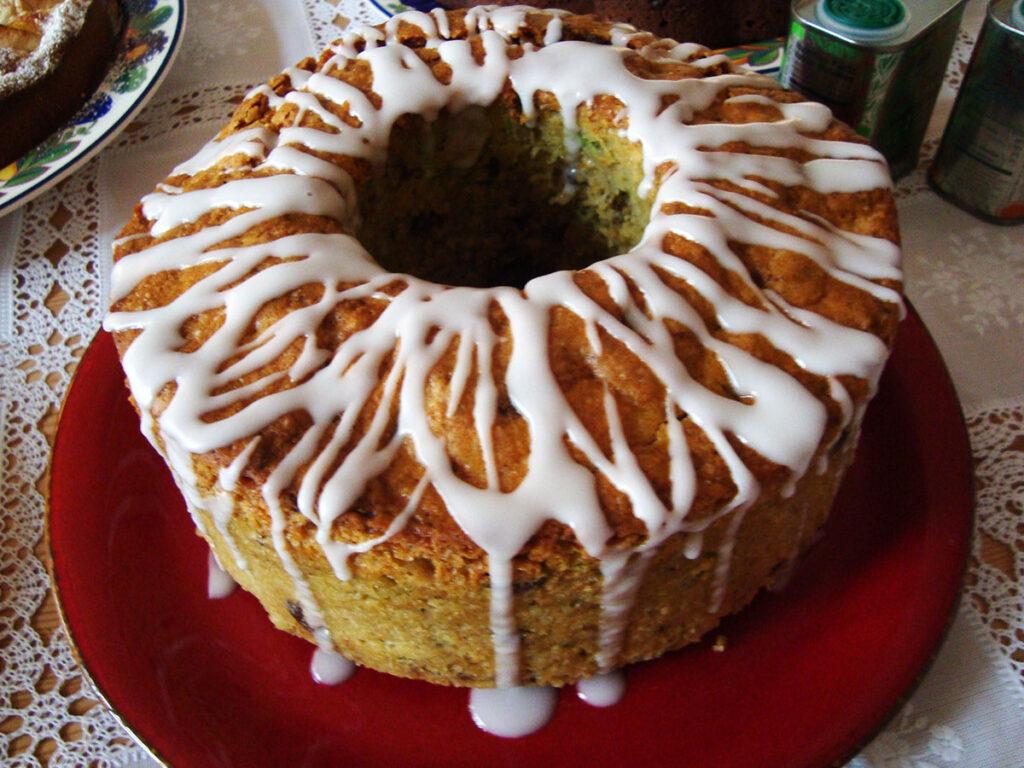 squashkage, kage, dessert, æg, rørsukker, vaniljestang, ingefær, hvedemel, natron, bagepulver, citroner, hasselnødder, squash, rosiner, olie, vindruekerneolie, glasur, flormelis