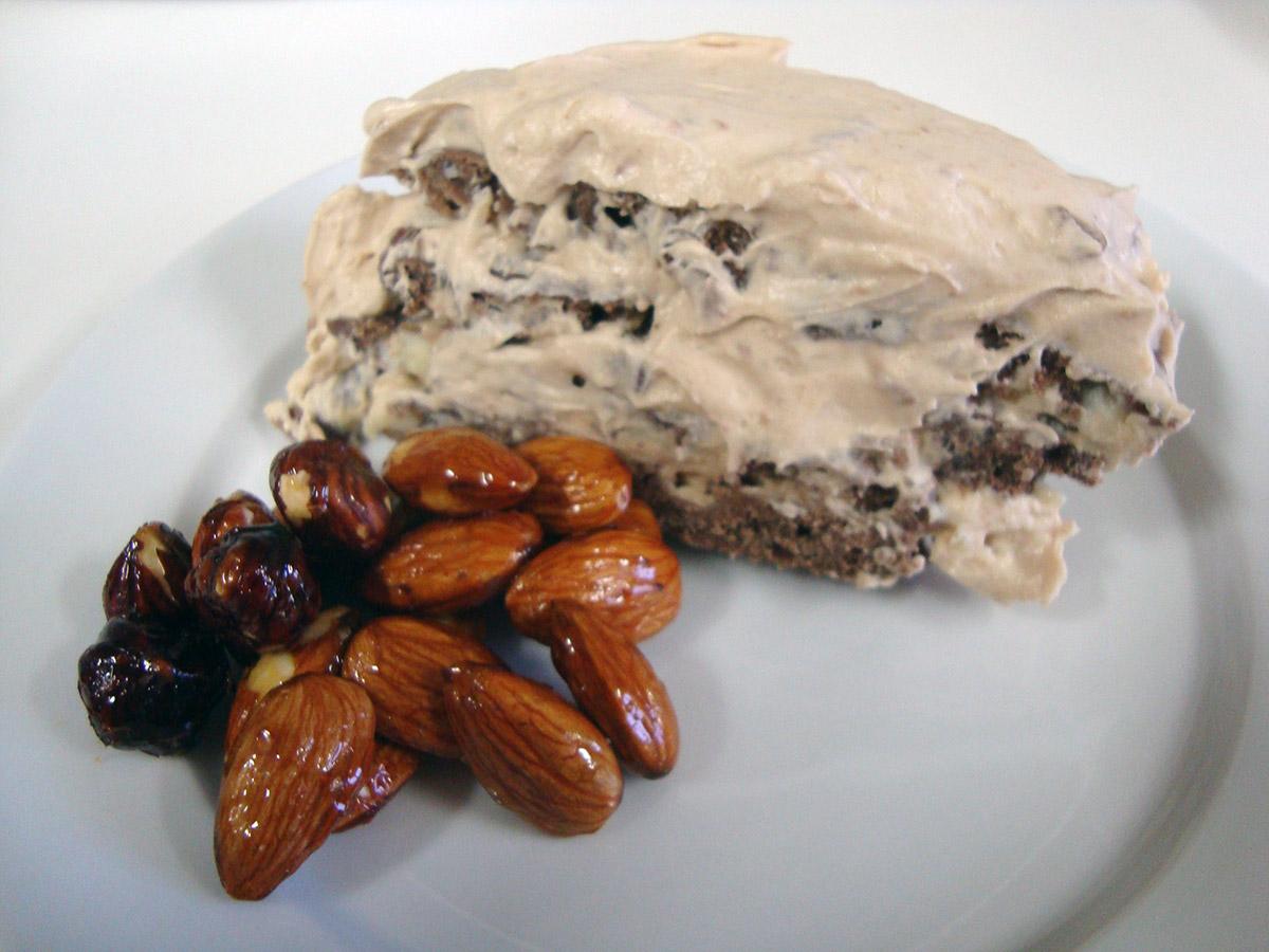 Mascarponekage med nougat og syltede nødder