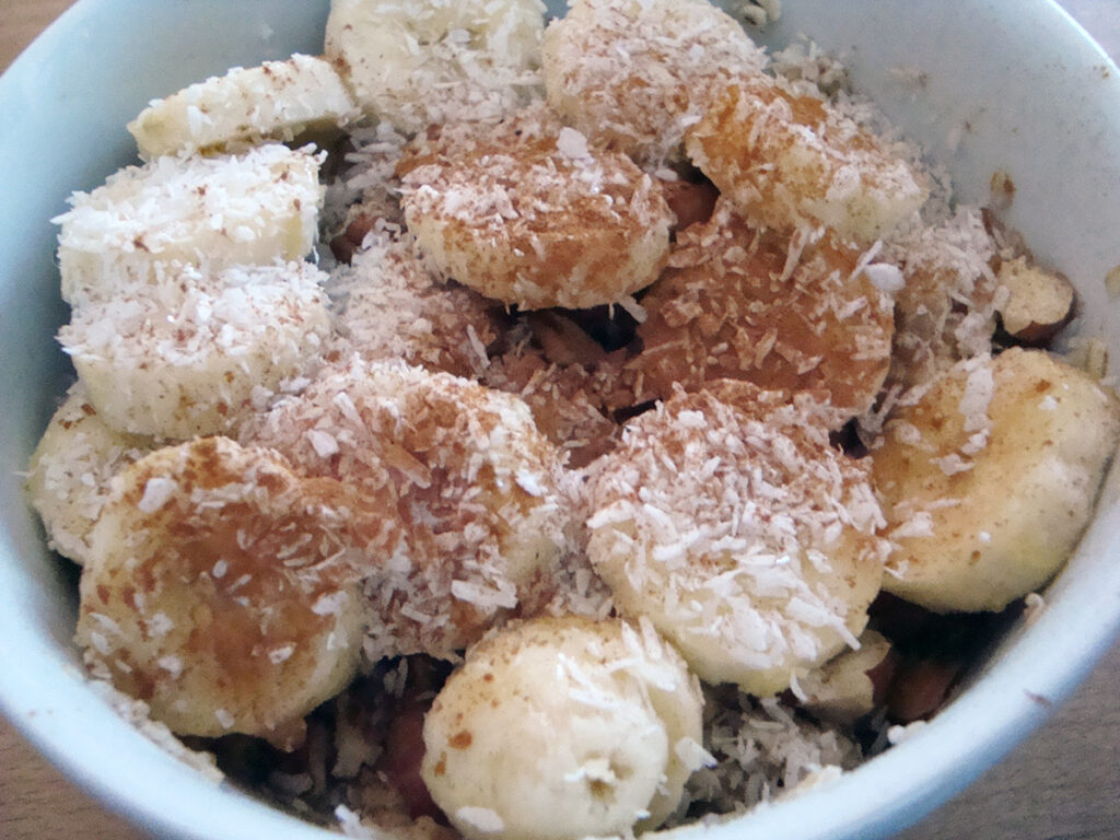 julegrød, grød, havregryn, morgenmad, kokosmel, honning, nødder, hasselnødder, pecannødder, banan, kanel