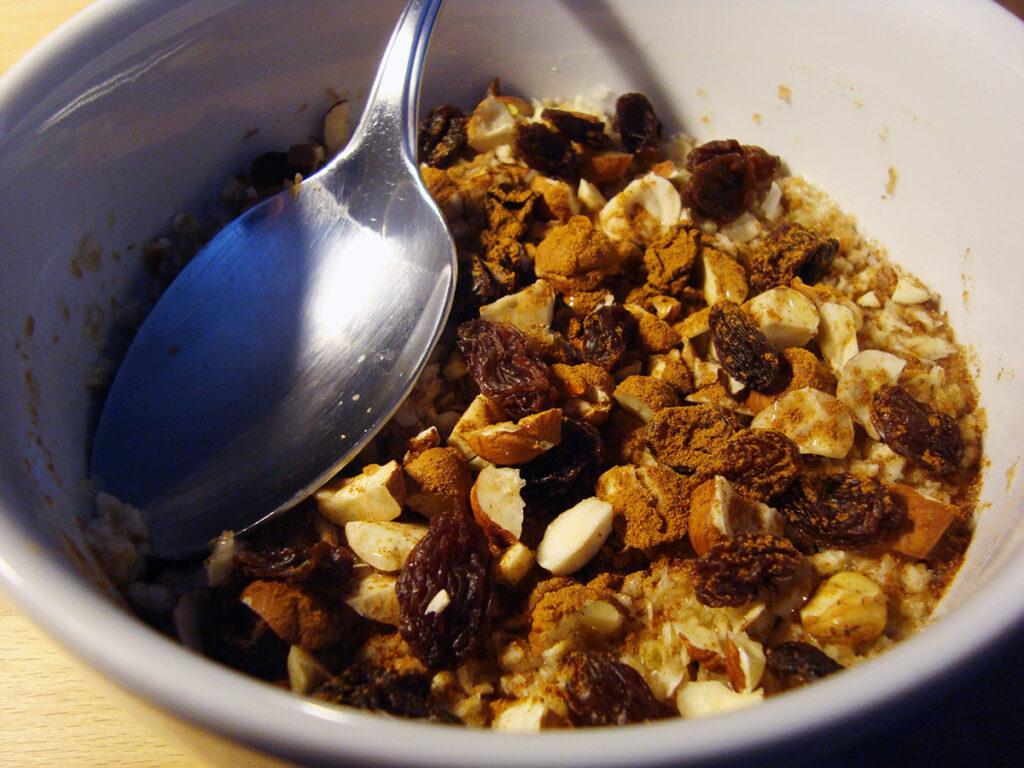 morgengrød, grød, havregryn, appelsiner, hasselnødder, rosiner, nødder, kanel
