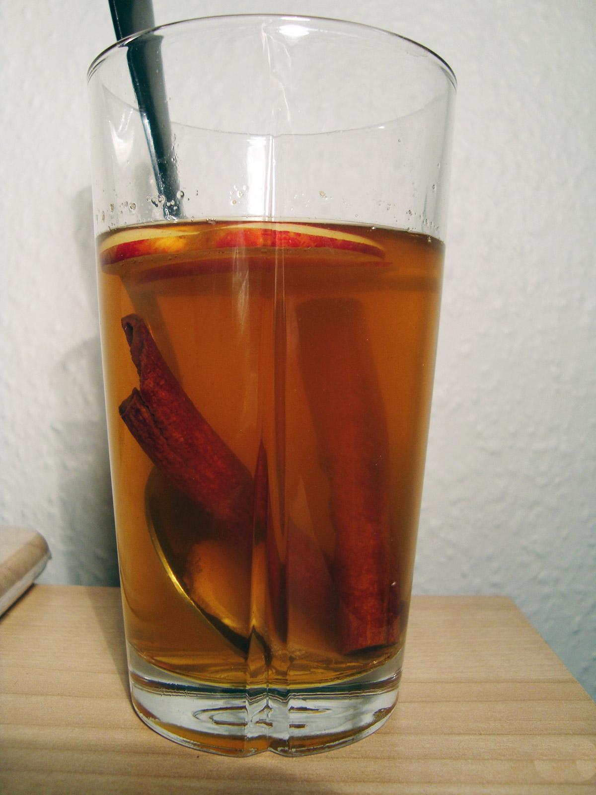 Æbletoddy med kanel, chili og whisky