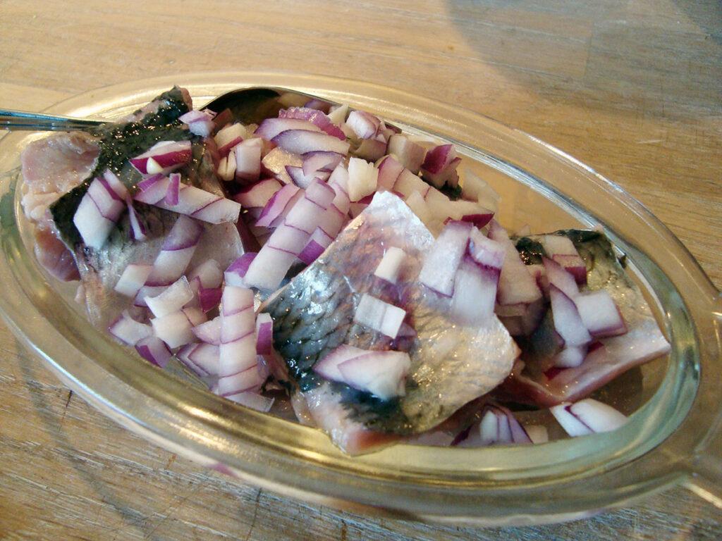 marinerede sild, sild, fisk, pålæg, lagereddike, rørsukker 3 løg, laurbærblade, peberkorn