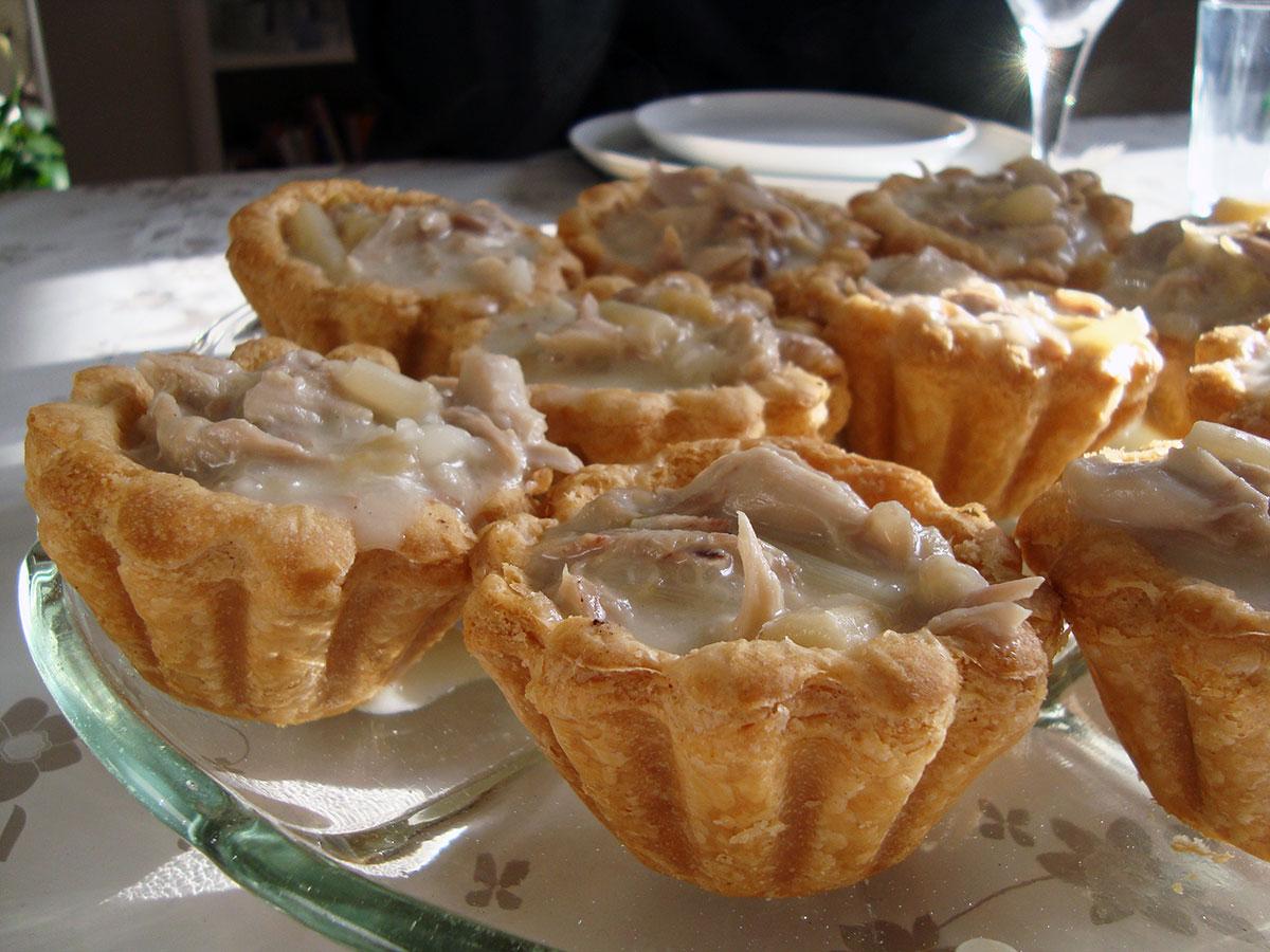 Høns i tarteletter, langtidsstegte lammekoteletter og ramsløgshummus