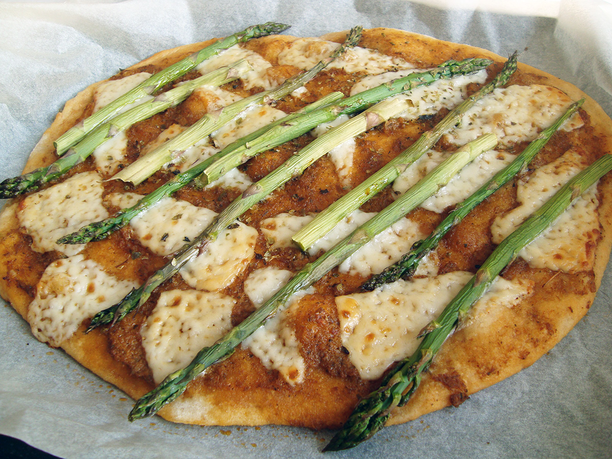 Surdejspizza med asparges og gedeost samt grøn salat med skvalderkål