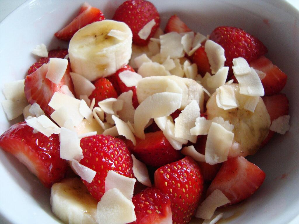 jordbærsalat, jordbærdessert, dessert, jordbær, kokosflager, bananer, kokos