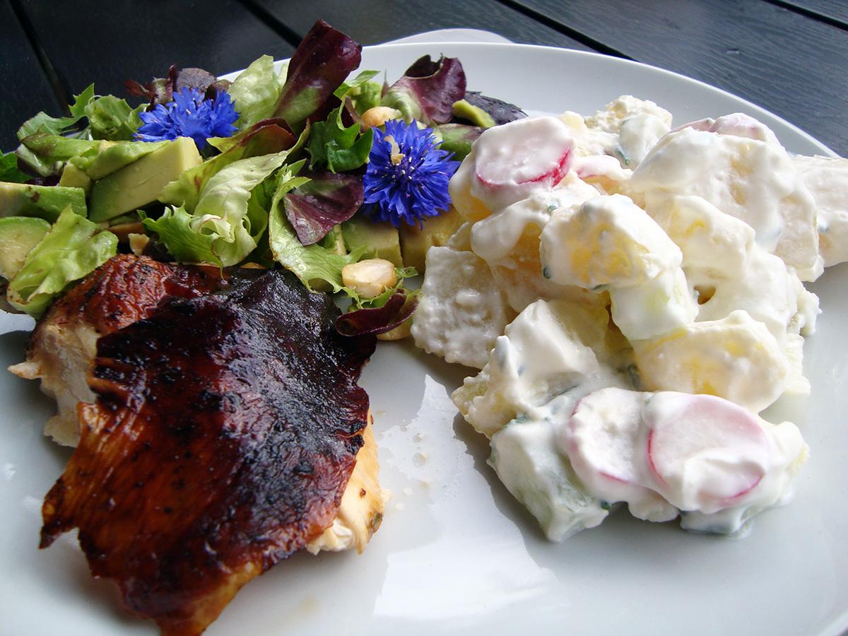 Rom-kylling, kartoffelsalat med radiser og rygeost, salat med grillede artiskokker og kornblomster, jordbærsuppe med kokos-lime is