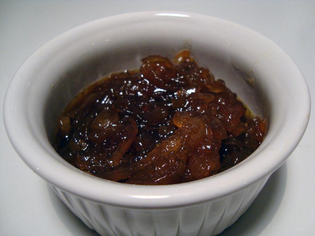 løgconfit, glaserede løg, løg, smør, blomsterhonning, honning, bouillon, rosmarin, hønsebouillon, æblecidereddike