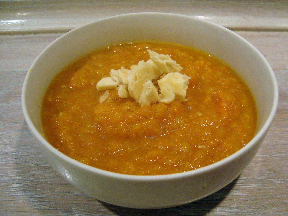 Stærk rodfrugtssuppe og løgconfit til rosmarinkiksen