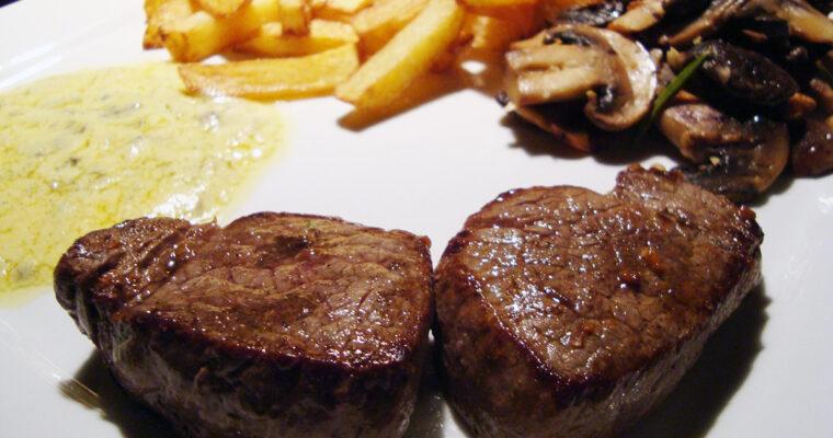 Oksemedaljon med hjemmelavet bearnaisesauce og pommes frites