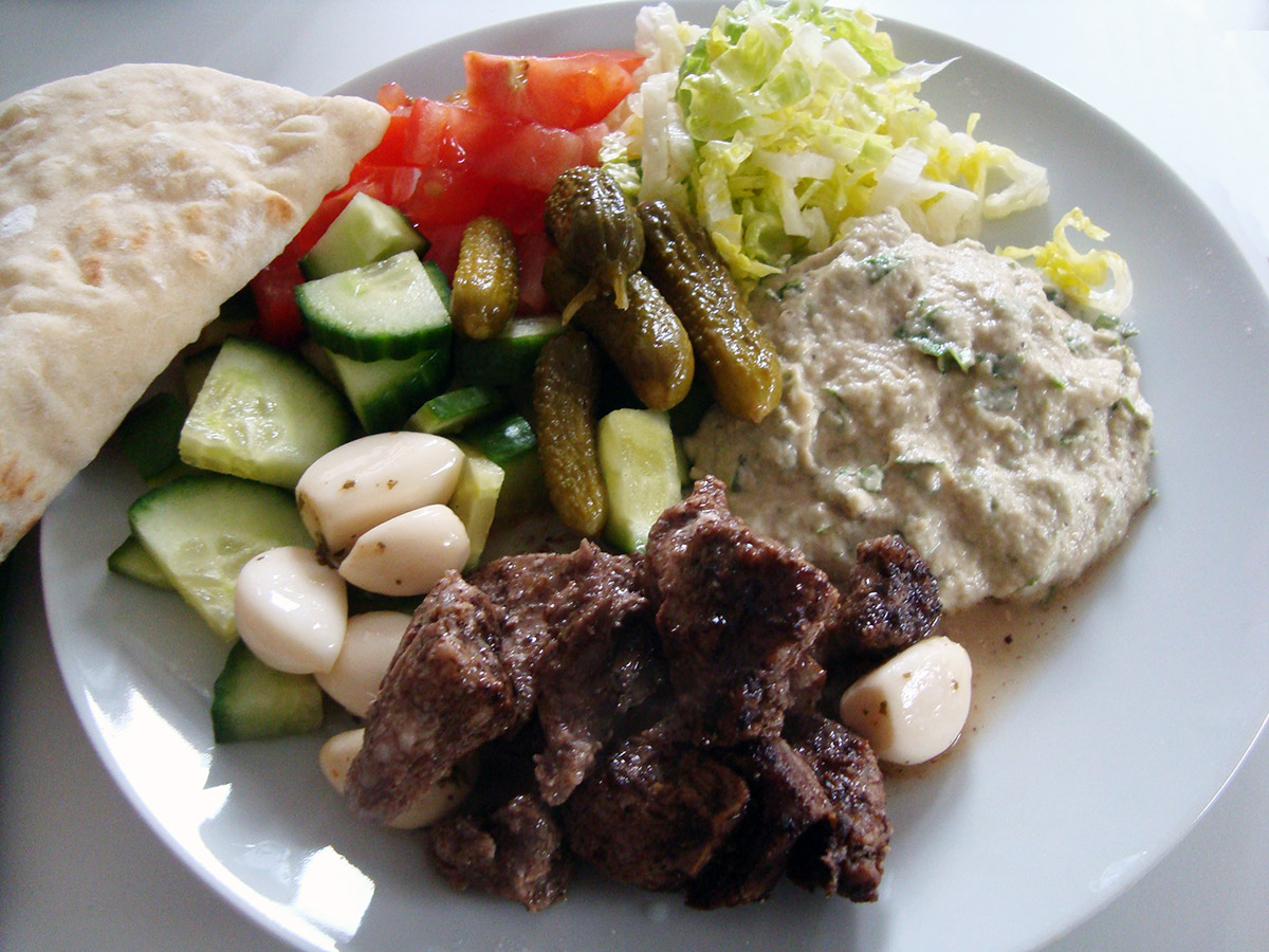 Hjemmelavet shawarma og fladbrød med spidskommen