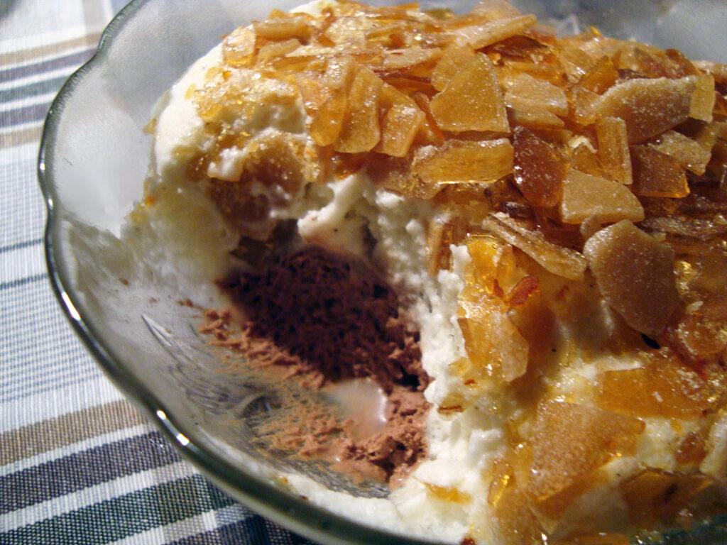 chokolademousse, karamellåg, mørk chokolade, kaffepulver, hvid chokolade, æg, rørsukker, vanilje, fløde