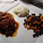 Osso buco i krydret tomatsauce, sort bønnesalat samt blomkålspuré, dobbelt chokolademousse med karamelstykker