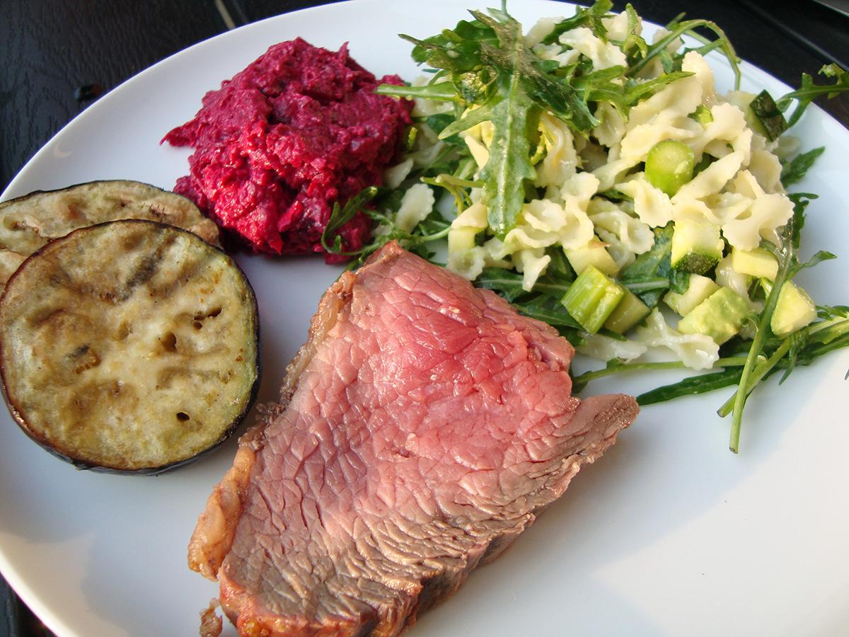 Rødbedehummus, grillet cuvette, pastasalat og kamutsmåbrød