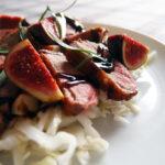 Andebryst med friske figner, balsamicoeddike og spidskål