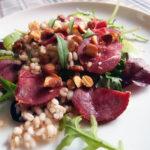 Salat med røget gedekød og mandler, langtidssimrede andelår med blommer