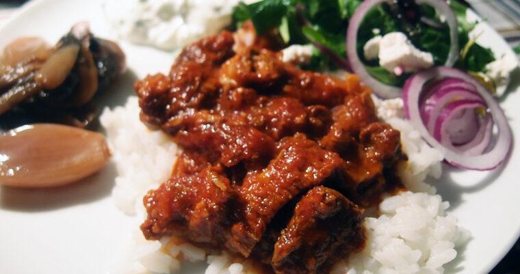 Græsk simremad – lammekød i tomat- og hvidløgssauce