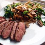 Stegt andebryst med varm salat af savoykål, brune champignoner og persillerødder