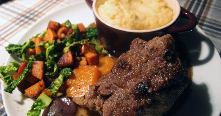Braiserede kalvehaler med varm hokkaido- og savoykålssalat samt kraftig kartoffel-sellerimos