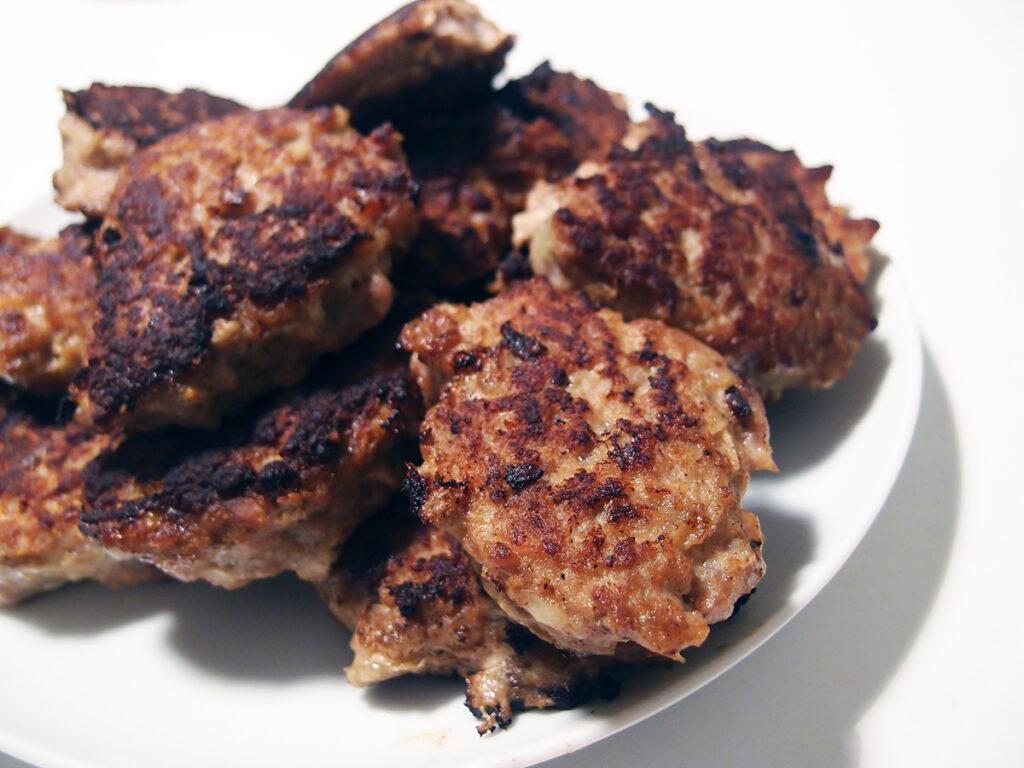 medisterkaker, frikadeller, hakket svinekød, hakket kalvekød, æg, svinekød, kalvekød, løg, mælk, kartoffelmel