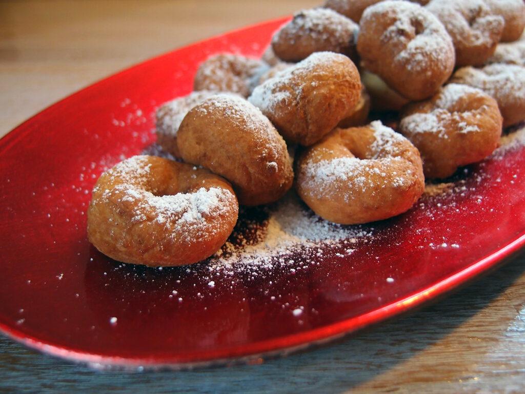 norske smultringe, kage, dessert, norsk, jul, hvedemel, kardemomme, bagepulver, smør, rørsukker, æg, kærnemælk, palmin, flormelis, vaniljesukker