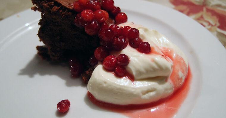 Chokolade-kastanjekage med tyttebærsauce
