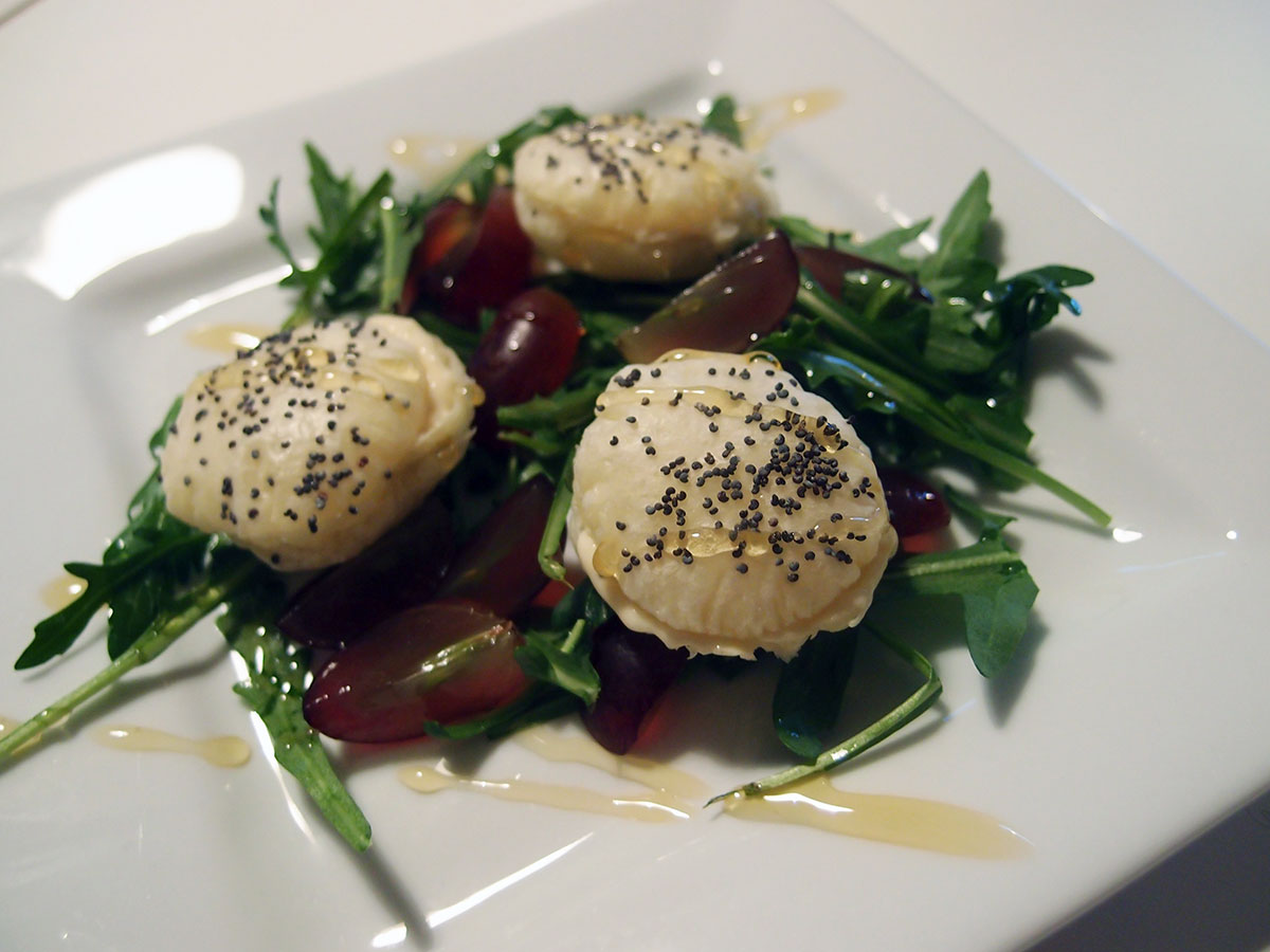 Butterdejsmedaljoner med gorgonzolacreme, entrecote med gratinerede rødløg og spidskålssalat
