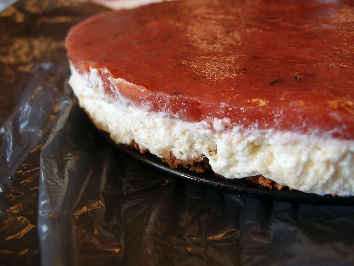 rabarber-cheesecake, cheesecake, rabarberkage, kage, dessert, smør, Bastogne-kiks, flødeost, æggeblommer, creme fraiche, vanilje, vaniljesukker, citroner, æggehvider, æg, flormelis, rabarber, rabarbersaft, rørsukker, fennikelfrø, husblas