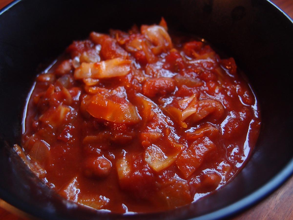 pinto-bønnegryde, gryderet, simremad, vegetar, bønner, pinto-bønner, løg, spidskål, hvidløg, chili, flåede tomater, tomatkoncentrat, engelsk sauce, paprika, mørk sirup