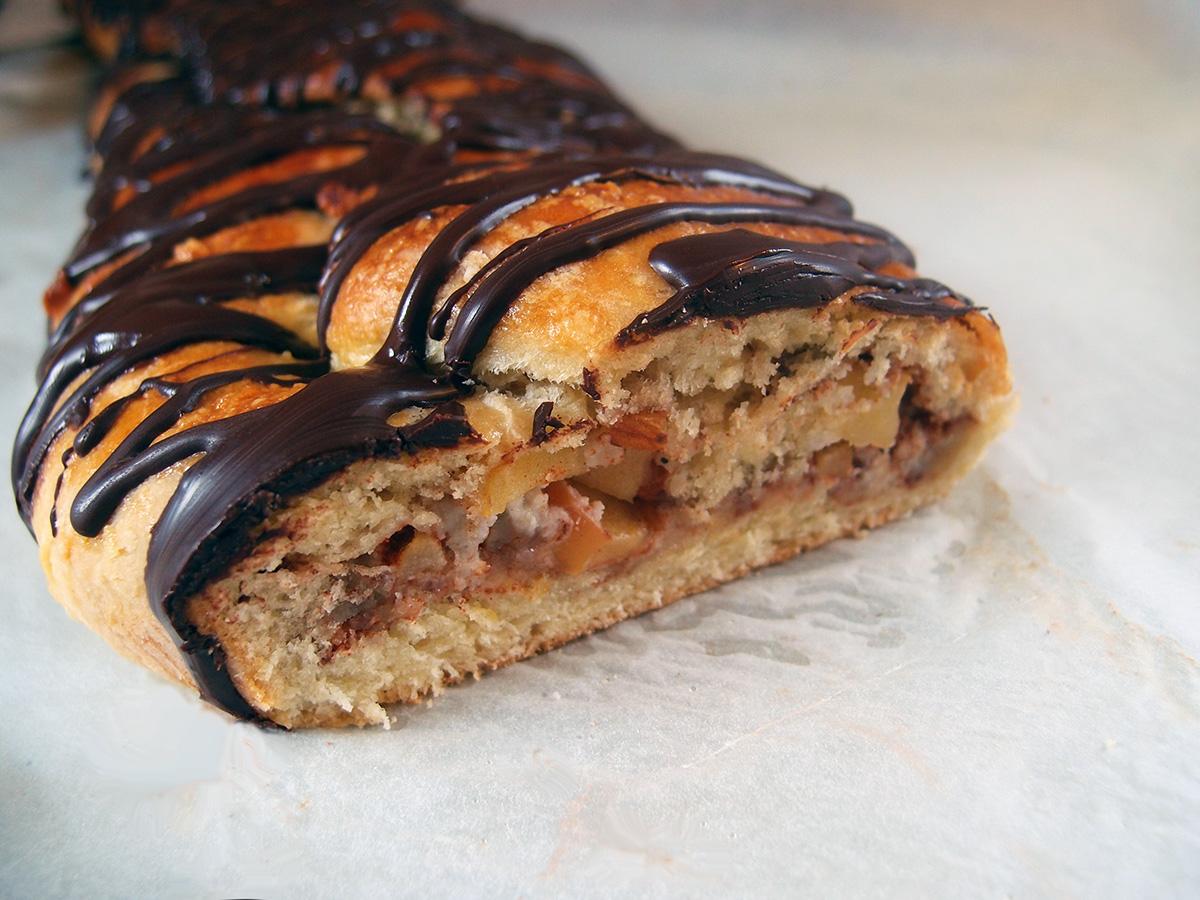 kanelstang, kanelkage, wienerbrød, kage, dessert, gær, creme fraiche, rørsukker, smør, hvedemel, marcipan, æbler, mandler, kanel, æblegelé, æg, chokolade, mørk chokolade