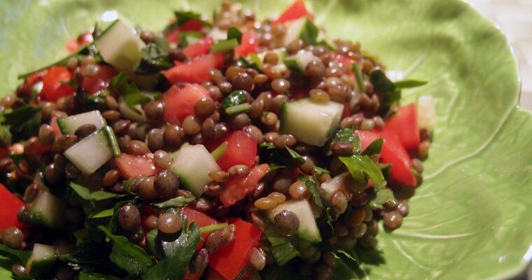 Linsesalat med grøntsager og bredbladet persille