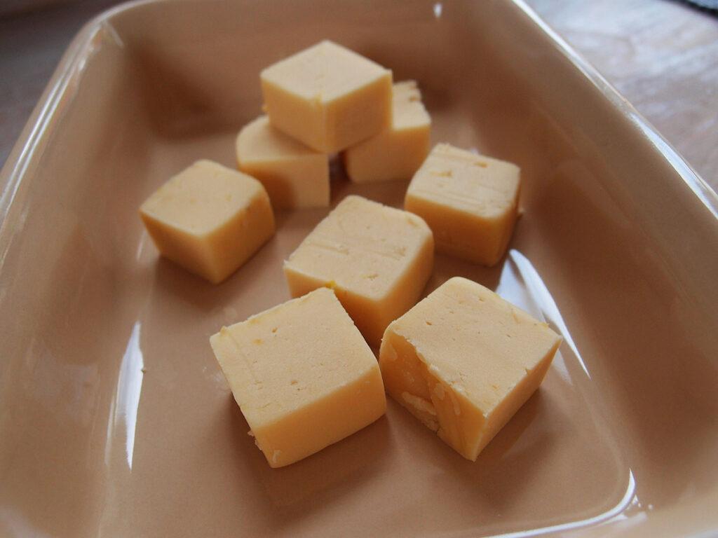 citronfudge, lakridsfudge, kondenseret mælk, fløde, mælk, rørsukker, smør, lakridspulver, citroner, fudge
