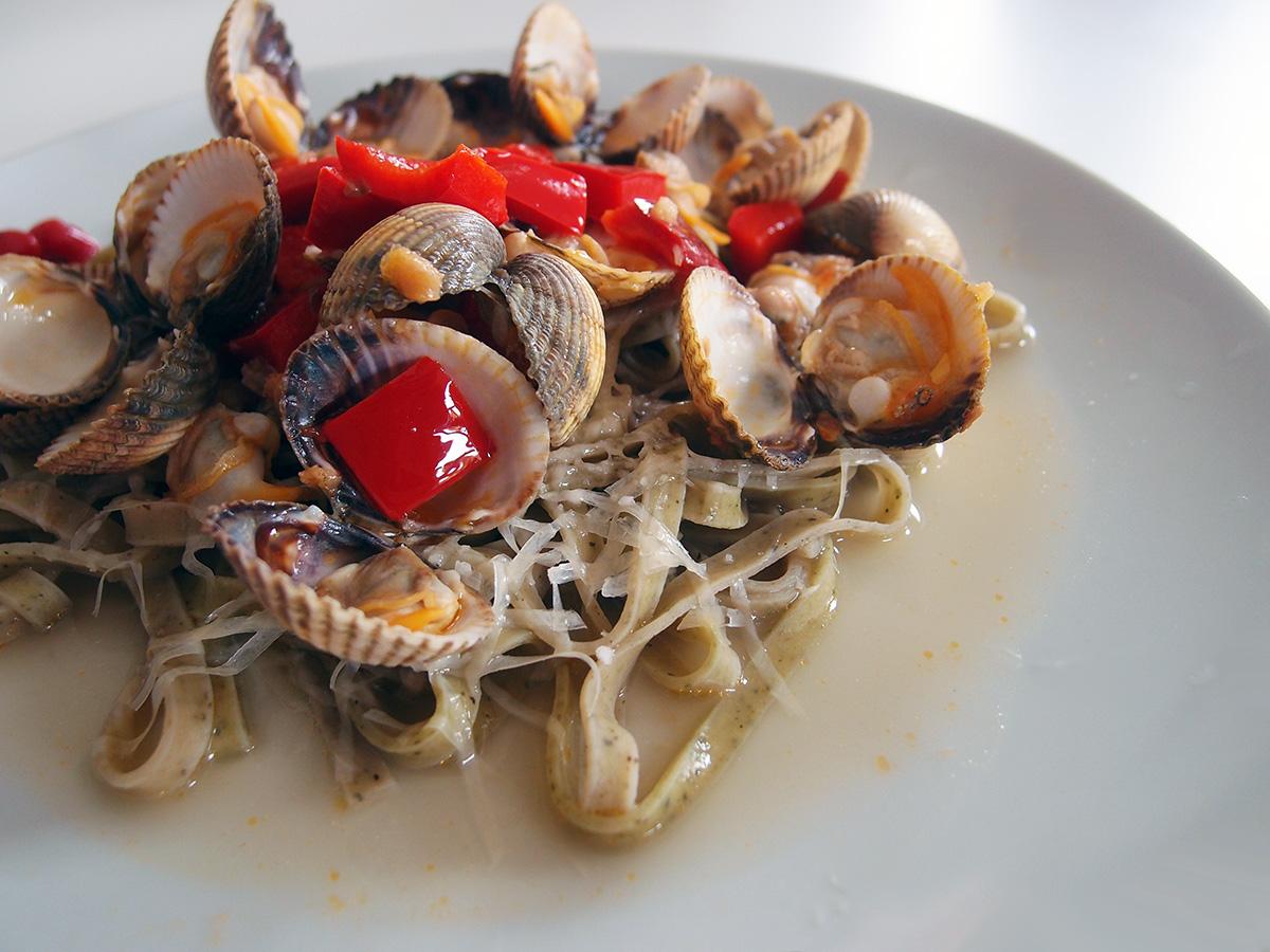 hjertemuslinger, muslinger, skaldyr, snackpeber, hvidløg, hvidvin, ost, parmesan, pasta, citroner