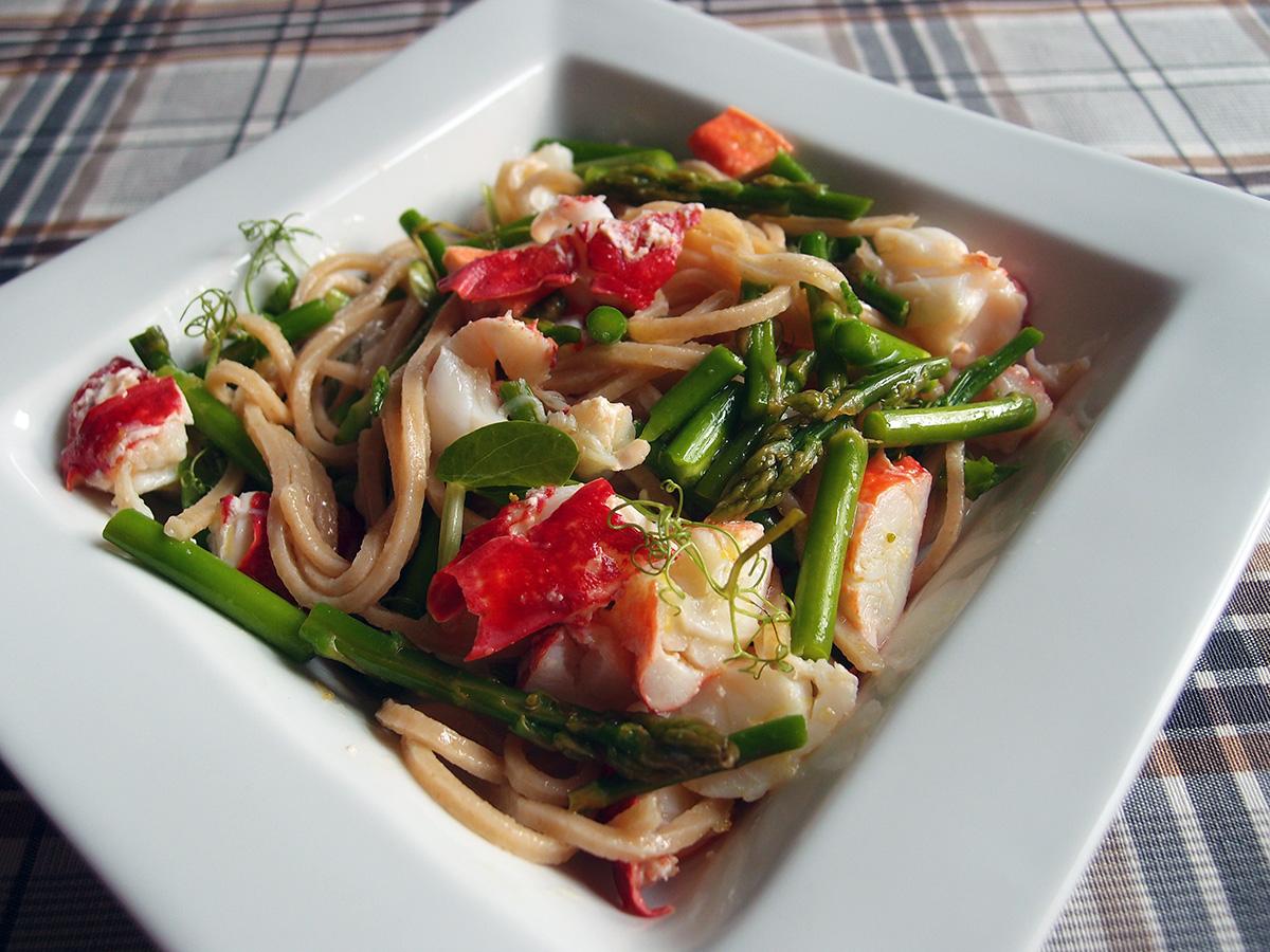 hummer, skaldyr, salat, hummersalat, skaldyrssalat, pasta, citroner, ærteskud, asparges