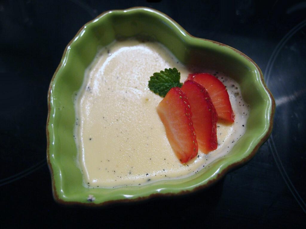 panna cotta, rosenvand, jordbær, rosen panna cotta, dessert, mousse