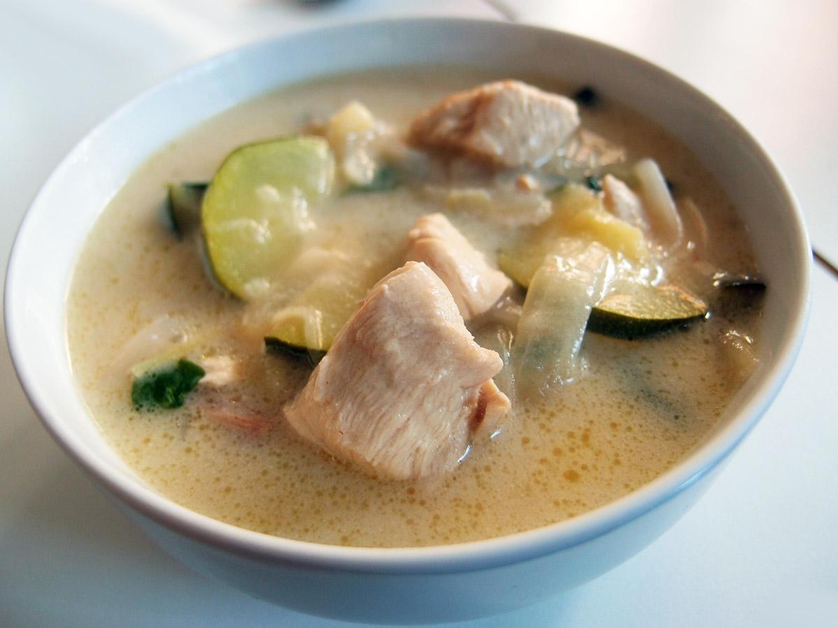 Thai-inspireret kyllingesuppe og fuldkornsforårsruller med oksekød, porrer og gulerødder