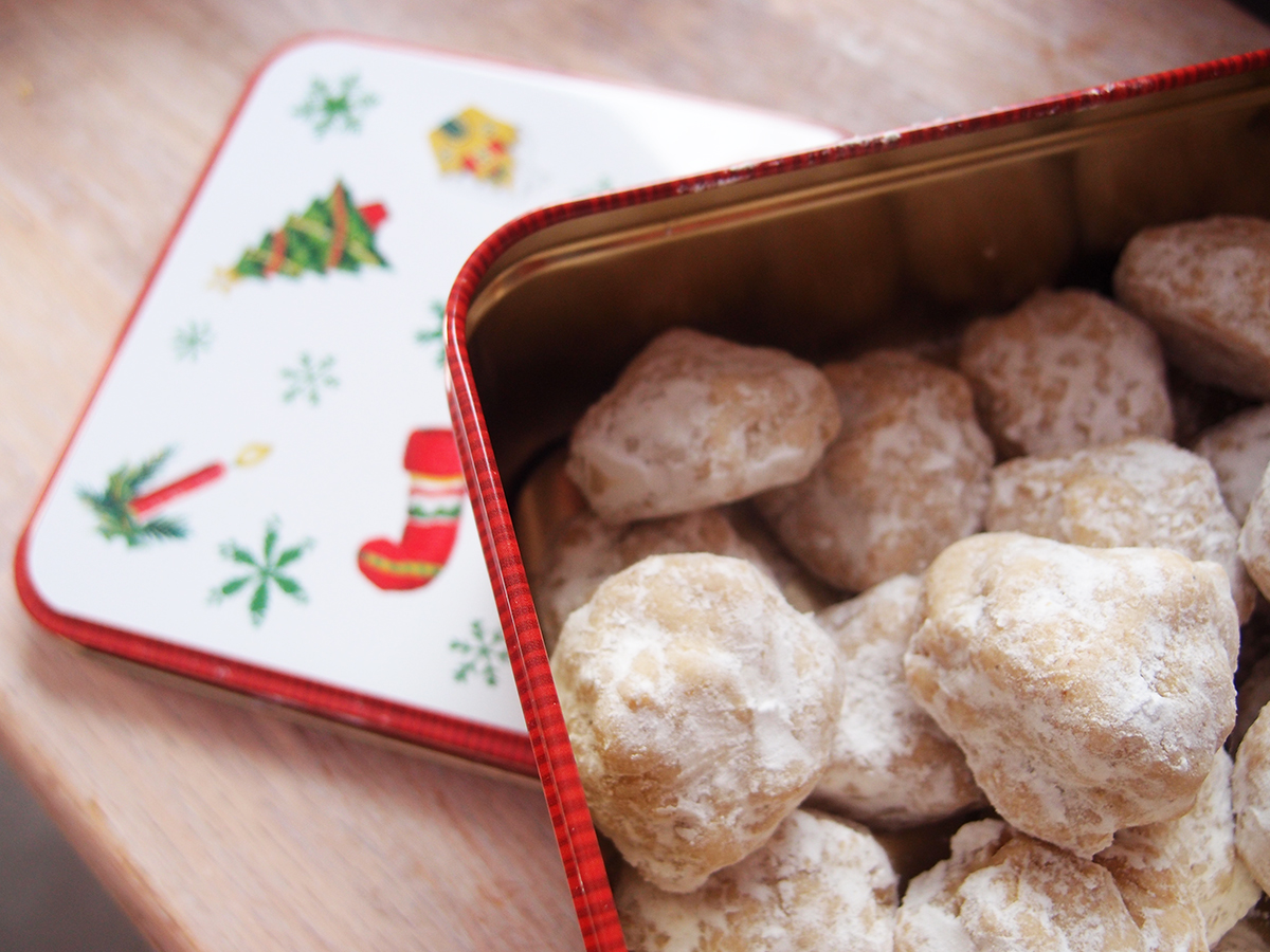 Julekage med tørrede frugter og en dåse med kardemommeklumper