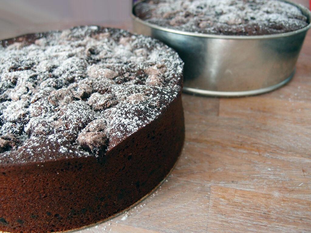 kirsebærkage, chokoladekage, kirsebær-chokoladekage, kage, dessert, syltede kirsebær, æg, honning, rørsukker, fløde, nelliker, vaniljesukker, chokolade, vanilje, mørk chokolade, hvedemel, kakaopulver, bagepulver, kanel, mandelmel, smør, kirsebærlikør, brombærlikør