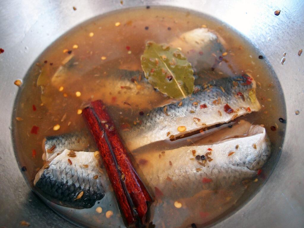 marinerede sild, sildemad, pålæg, smørrebrød, sild, fisk, æblecidereddike, rørsukker, laurbærblade, anisfrø, spidskommenfrø, chili, nelliker, peberkorn