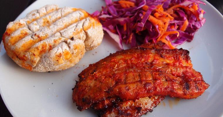 Grillet svinebryst med sød coleslaw og grillboller