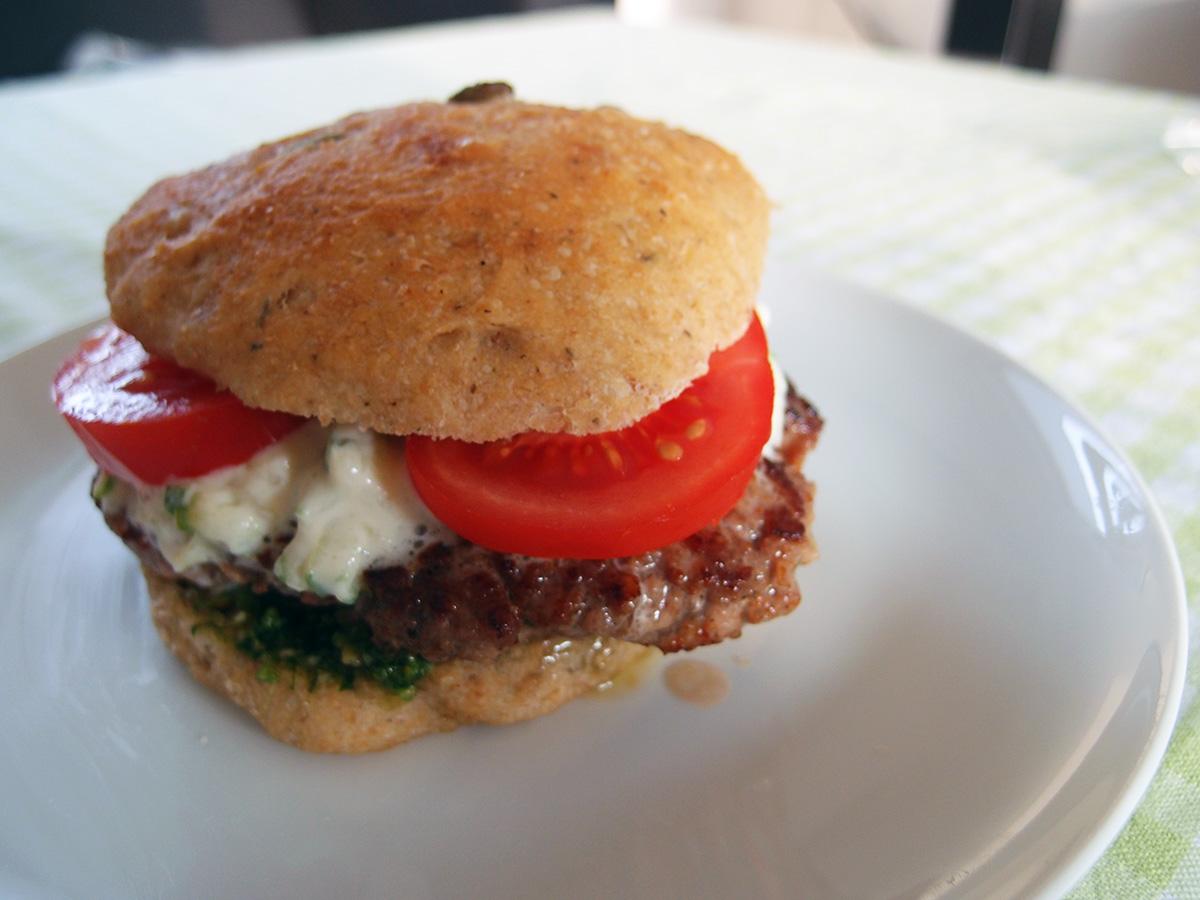 lammeburger, burger, lam, lammekød, creme fraiche, hvidløg, pesto, ramsløgspesto, ramsløg, tomater