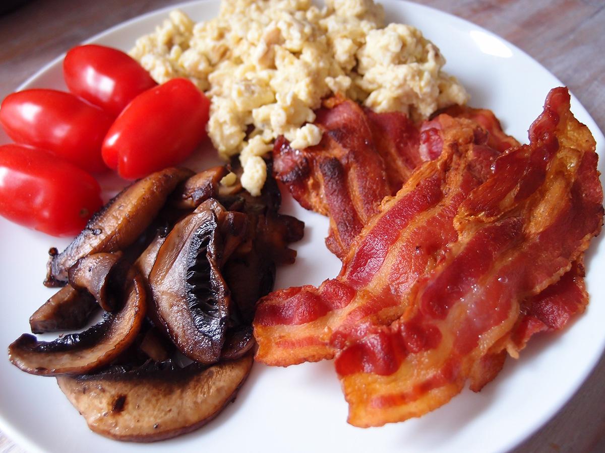 morgenmad, bacon og æg, røræg, lchf