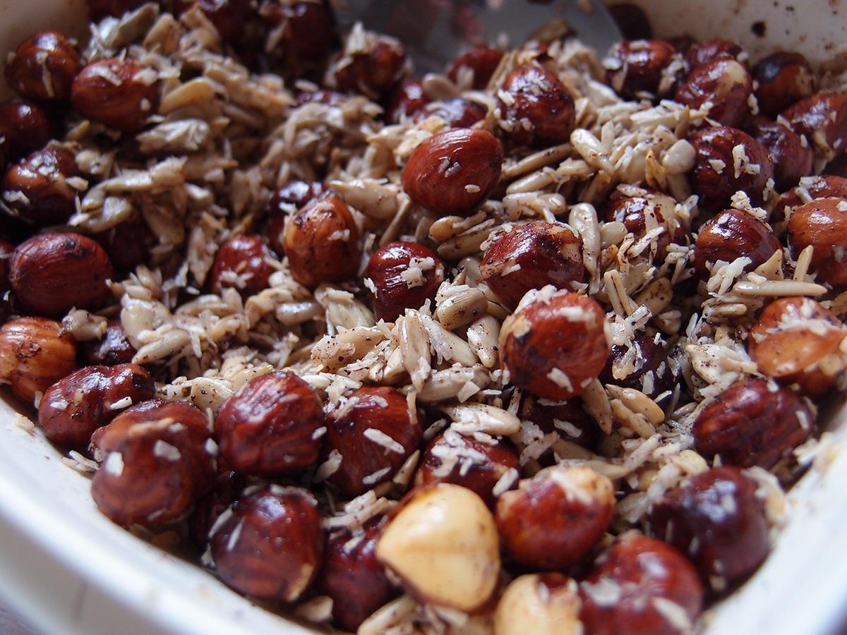 granola, müsli, nødder, hasselnødder, solsikkekerner, kokosmel, rapsolie, vaniljepulver, vanilje, kardemomme, kanel