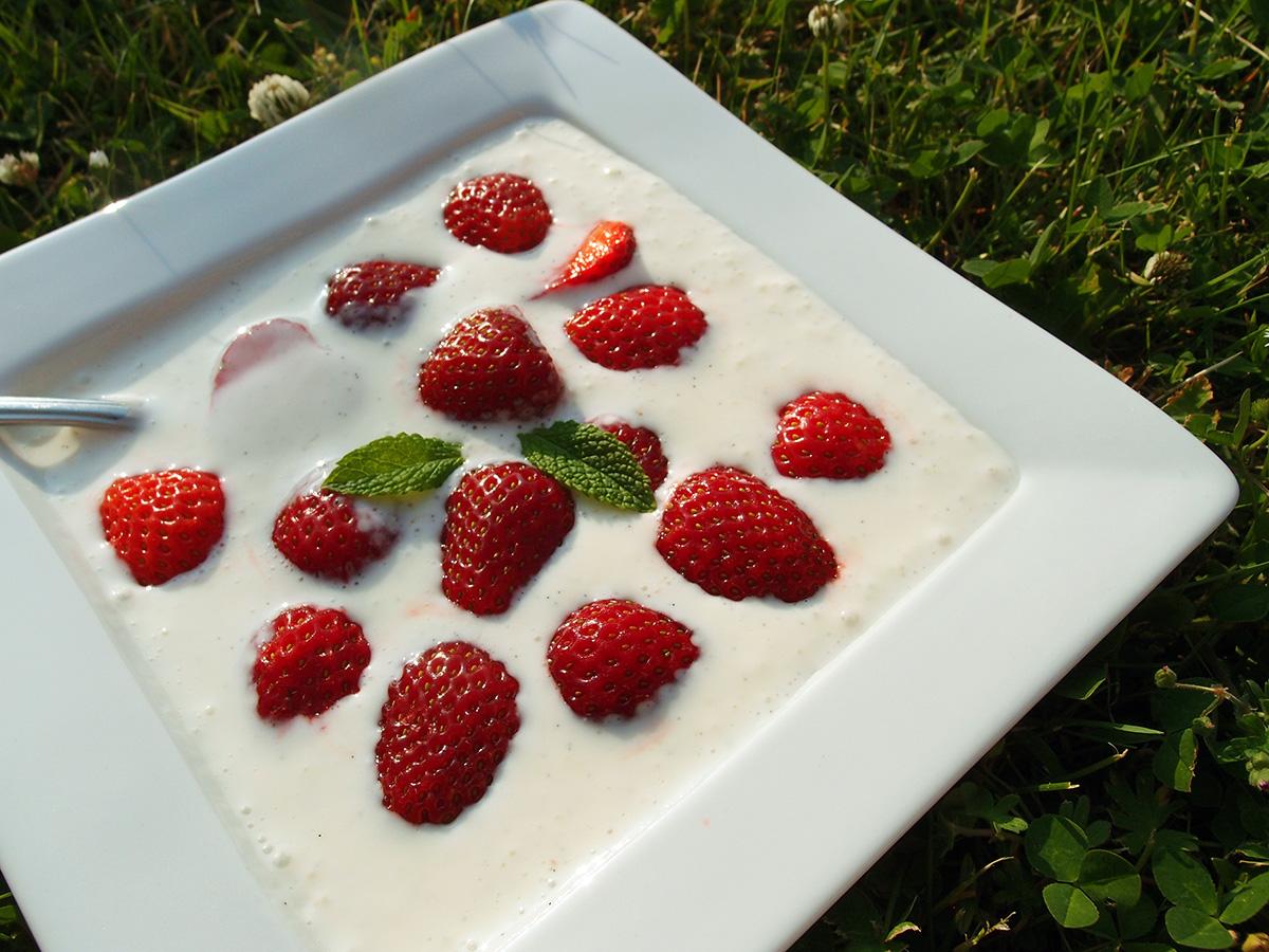 koldskål med jordbær, koldskål, jordbærkoldskål, jordbær, kærnemælk, citron, vanilje, dessert, sommerdessert, lchf, græsk yoghurt