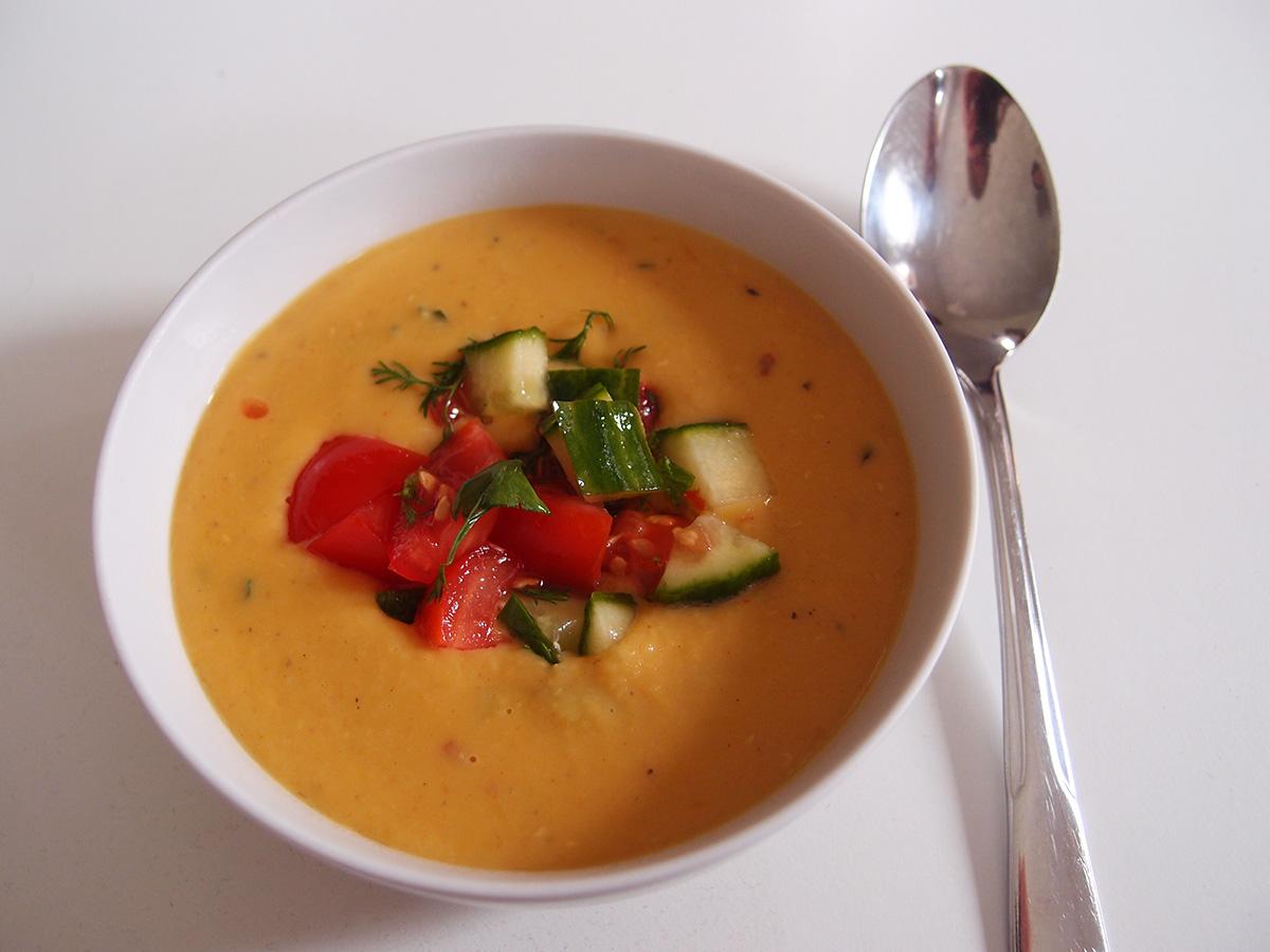 vegetar, vegetarsuppe, linsesuppe, suppe, store løg, smør, gulerødder, chipotle, paprika, chili, røde linser, oregano, fløde, agurk, tomater, koriander
