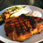Grillet kotelet med bbq-sauce og grillede grøntsager