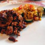 Langtidssimret mexicansk svinekødsret med chili og bønner samt calabacitas